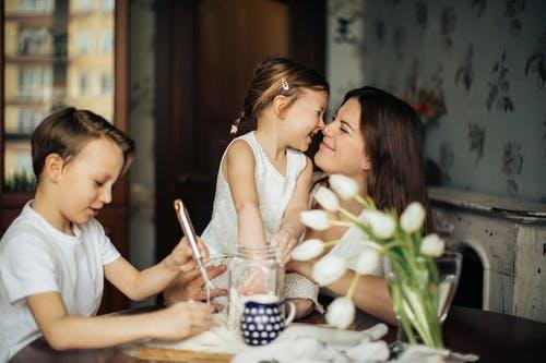 žena a dvě děti