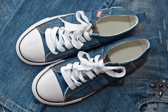 džínové tenisky