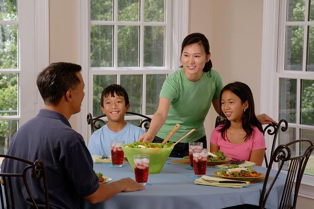 rodina jí u stolu.jpg