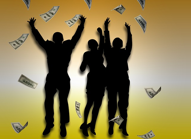postavy lidí radující se z peněz